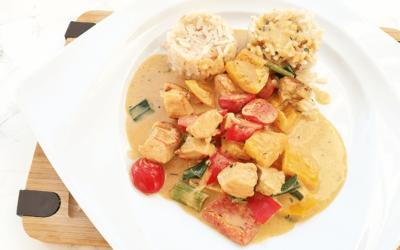 Thai-Curry in Kokosmilch mit Hähnchen und Naturreis